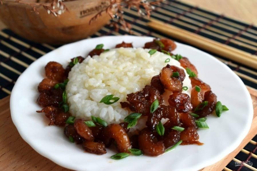 Подавайте с зеленым луком к рису. Приятного аппетита!