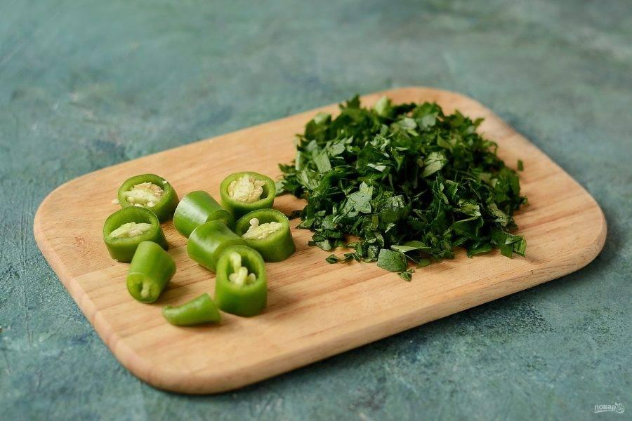Острый стручковый перец помойте, нарежьте ломтиками. Зелень мелко порубите.