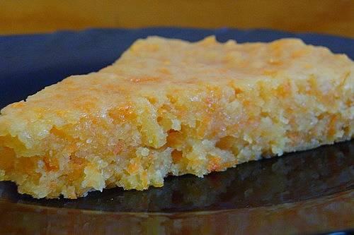 Готовый, еще горячий, морковный пирог полейте пропиткой (лимонный сок размешиваем с 6 ч.л. сахарной пудры). Приятного аппетита!