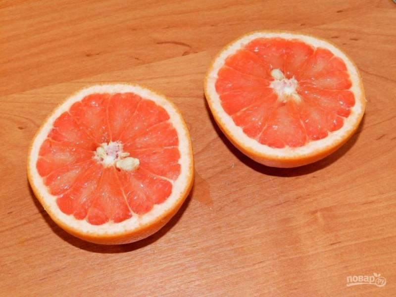 Из грейпфрута выжмите сок и смешайте с процеженным отваром.
