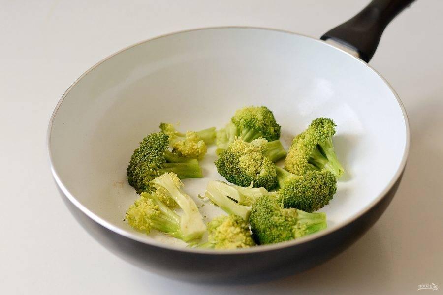 Брокколи разберите на соцветия, крупные разрежьте пополам. Обжарьте брокколи на сковороде по 2-3 минуты с каждой стороны.