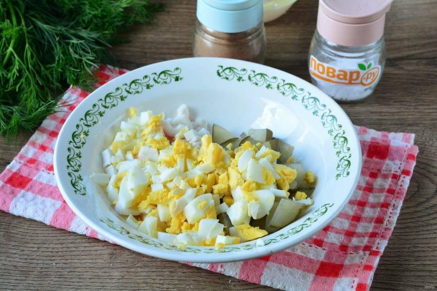 Всыпьте яйца в салат.