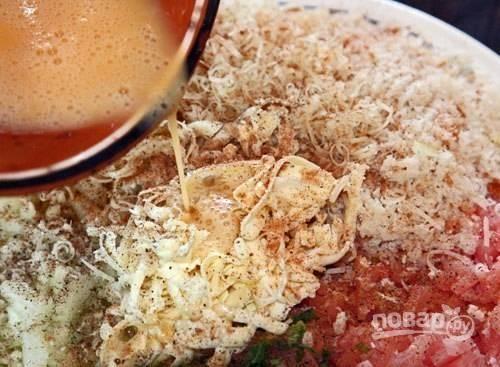 К этим ингредиентам добавьте соль, перец и мускатный орех, а также взбитое яйцо. Аккуратно перемешайте начинку.