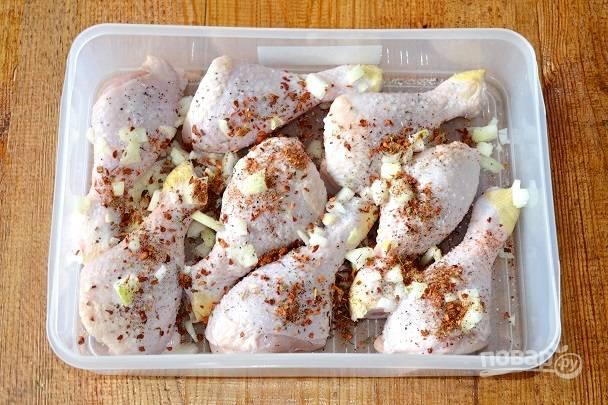 Посолите, поперчите, добавьте специи для курицы.