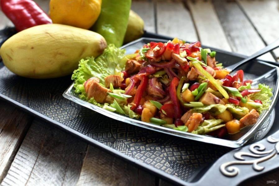 Подавайте салат сразу или держите его до подачи в холодильнике.