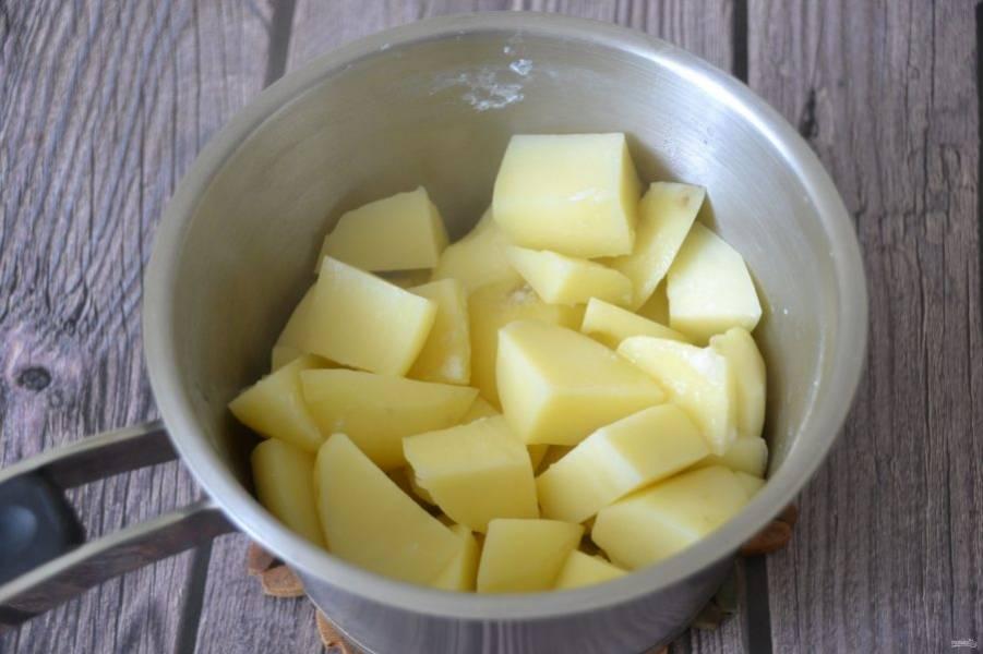 Слейте воду с отварного картофеля.