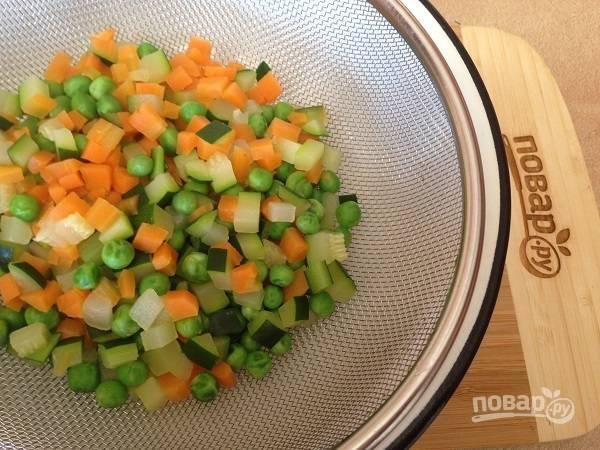 3. Откидываем овощи на дуршлаг, пусть максимально стечет вся жидкость.