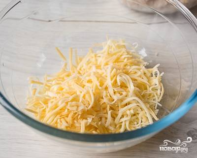 2. Натрите твердый сыр на крупном полотне терки.
