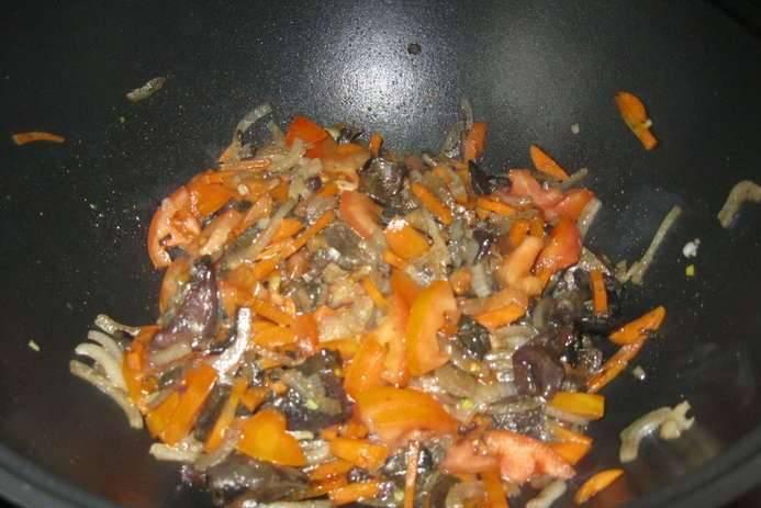 Теперь добавляем измельченную морковь, помидоры и соль по вкусу. Также я добавил ложечку винного уксуса и пол чайной ложки молотого чили.