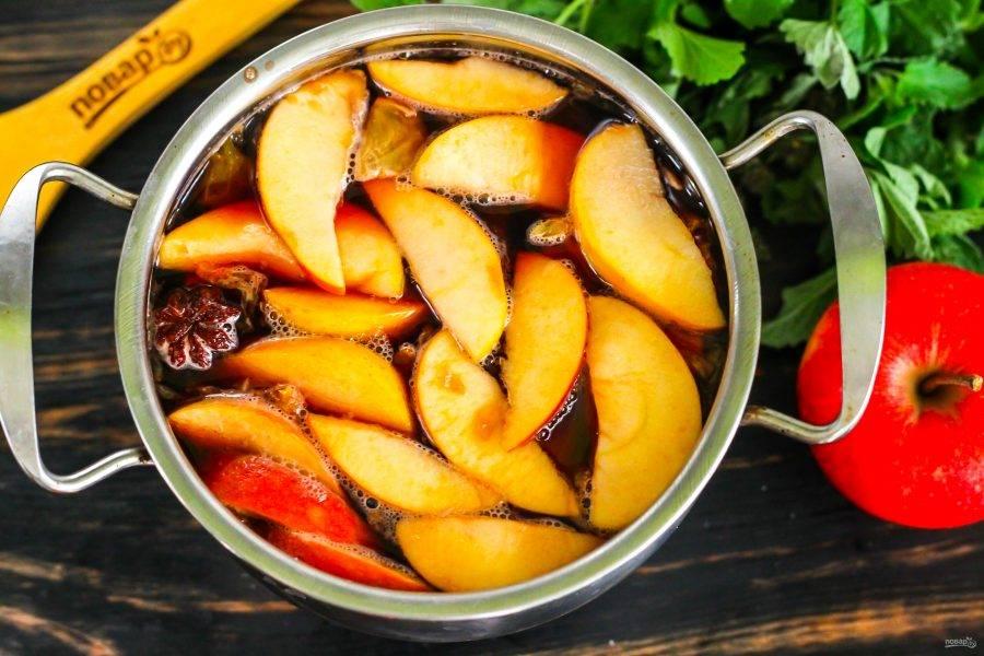 Доведите до кипения, но не кипятите, а выключите нагрев и накройте кастрюлю крышкой, чтобы напиток пропарился в течение 10 минут. За это время фруктовые нарезки и специи отдадут жидкости свой вкус и аромат.