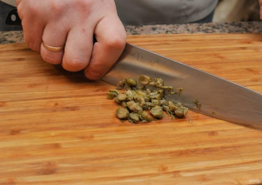 3. Изюминка этого салата — каперсы. Именно они придадут удивительный вкус нашему мясному салату. Нарезаем каперсы так же мелко, как и остальные ингредиенты.
