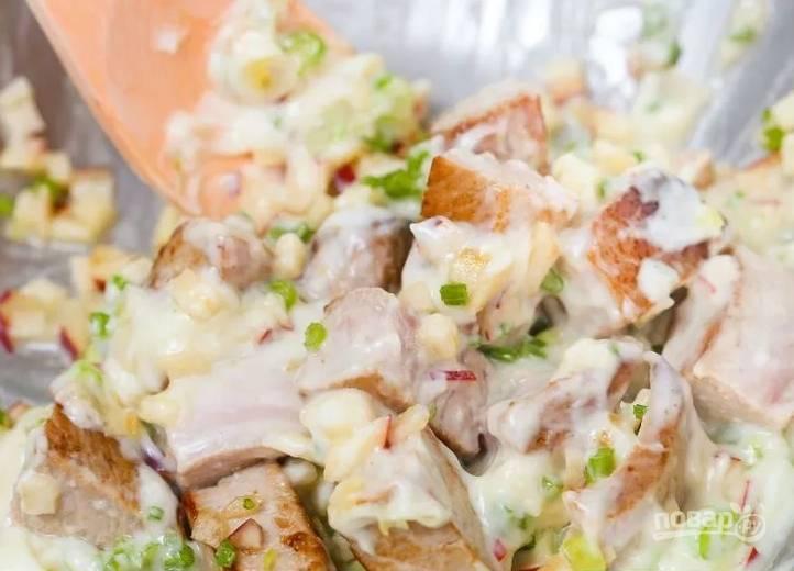 5.По вкусу солю салат и заправляю майонезом, еще раз все перемешиваю.