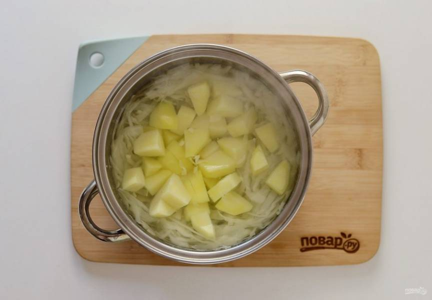 Затем добавьте картошку, нарезанную кубиками. Варите еще 10 минут.