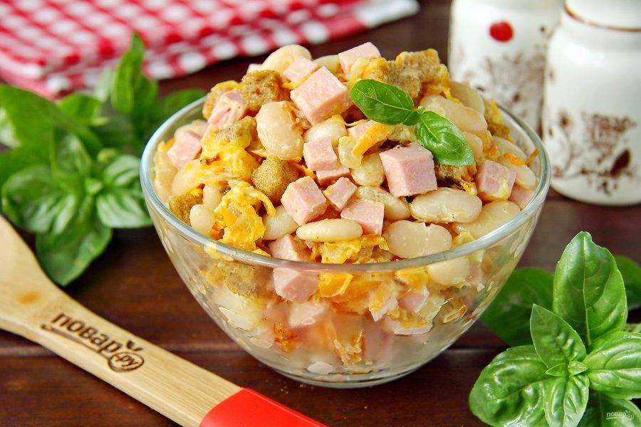 Готовый салат с фасолью и колбасой подавайте сразу же к столу, пока сухарики хрустящие. Приятного аппетита!