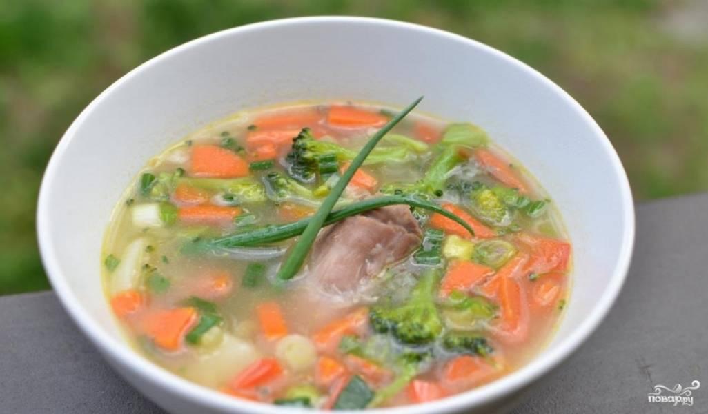 Выключаем суп, даем ему настояться минут 10 и затем подаем к столу. Приятного аппетита!
