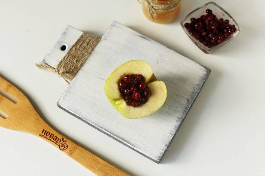В получившееся углубление выложите бруснику. Если ягода замороженная, то предварительно откиньте ее на сито, чтобы стекла вода.