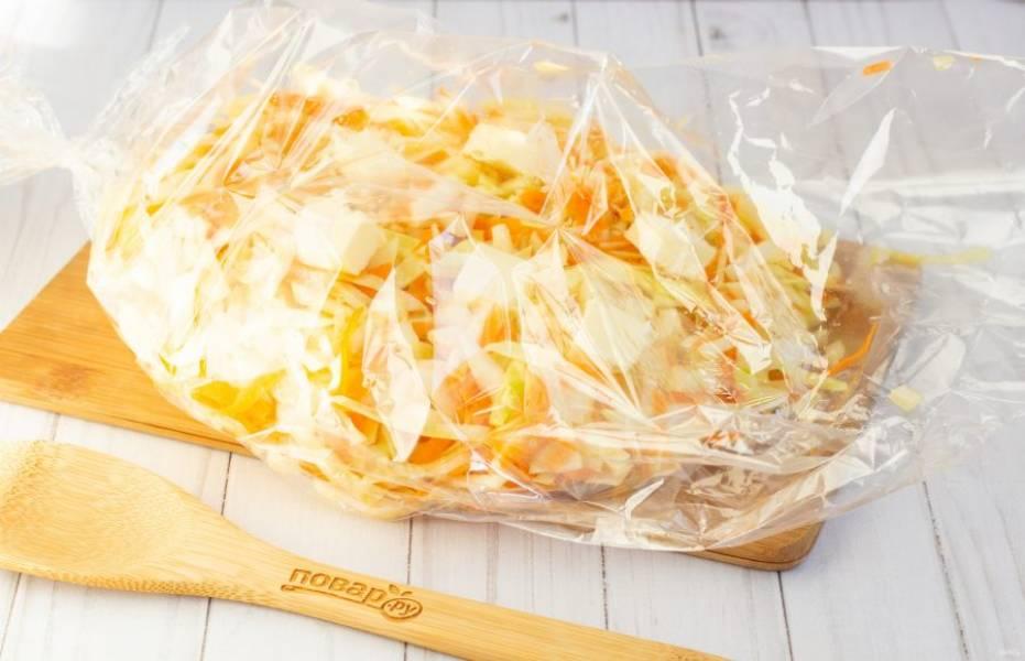 В рукав для запекания выложите овощи и разложите на них кусочки сливочного масла.