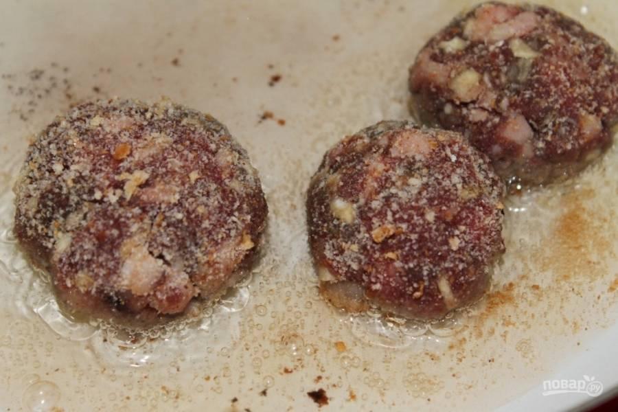 Скатайте из получившейся мясной массы шарики. Разогрейте в сковороде растительное масло. Обмакните каждый шарик со всех сторон в панировочные сухари так, чтобы они хорошо прилипли к мясу. Обжаривайте котлетки на среднем огне до золотистой корочки.