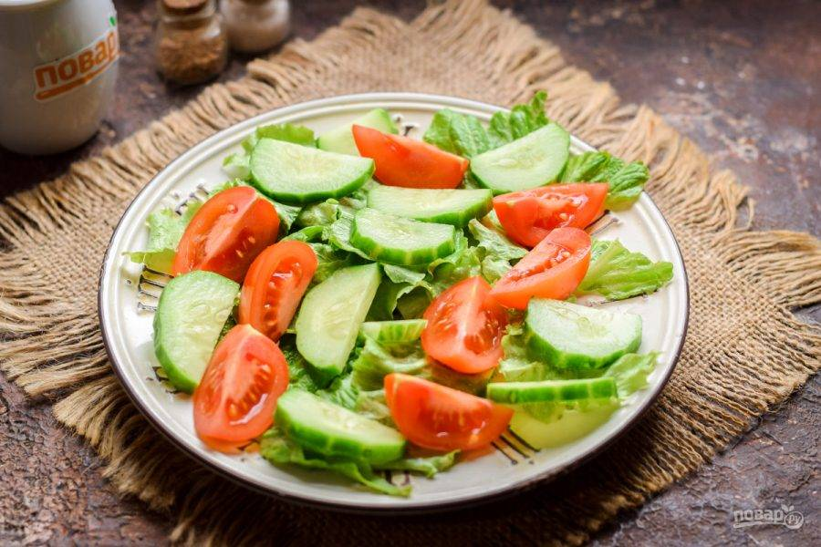 Свежий огурец нарежьте дольками и переложите в салат.
