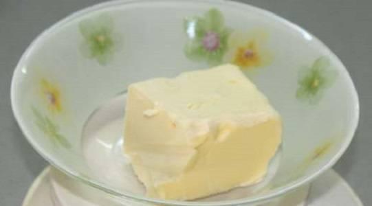 1. Сливочное масло нужно заранее достать из холодильника и оставить его немного подтаять при комнатной температуре.