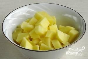 Картофель очистить, помыть и нарезать кубиками.
