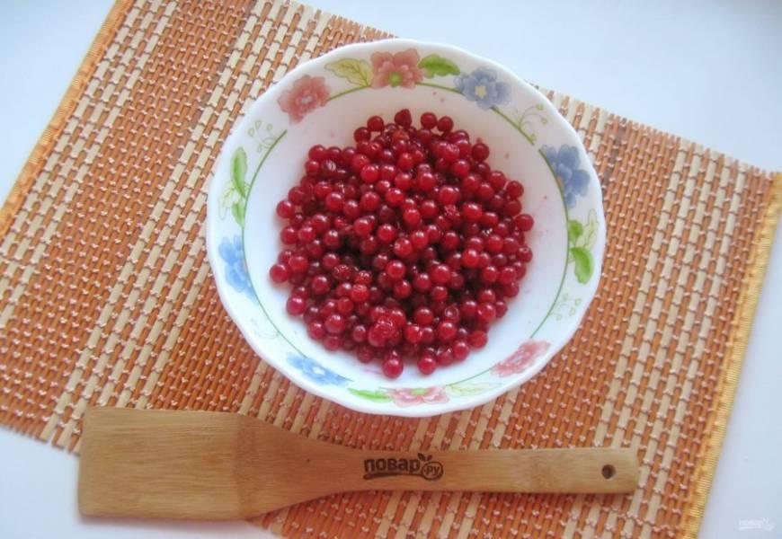 Ягоды снимите с веточек и выложите в миску. Удалите поврежденные и подгнившие ягоды.