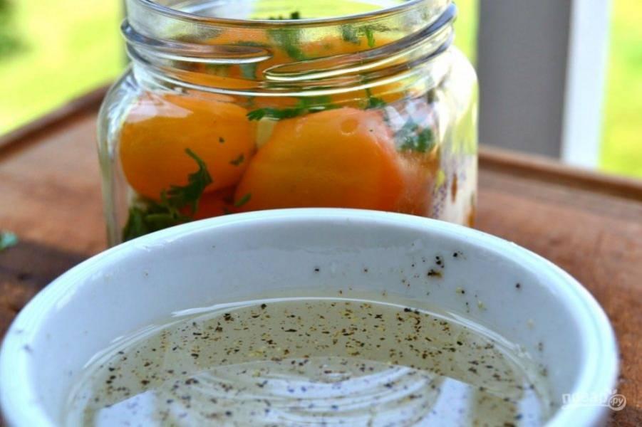 6.Влейте в миску к специям теплую воду и перемешайте.