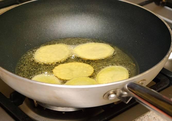 4. Жарьте картошку в масле небольшими порциями до золотисто-рыжего цвета.