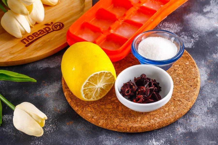 Подготовьте указанные ингредиенты. Лимон ошпарьте кипятком, чтобы его кожура перестала горчить, иначе он испортит собой вкус напитка.