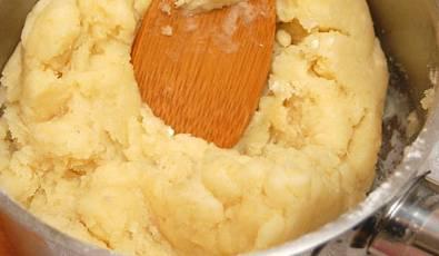 Интенсивно перемешиваем тесто лопаткой. Когда тесто начнет блестеть — снимаем его с огня.