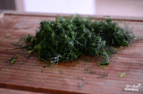 2. Шинкуем мелко зелень укропа и смешиваем с сыром. Взбиваем все в блендере и выкладываем в кондитерский шприц.