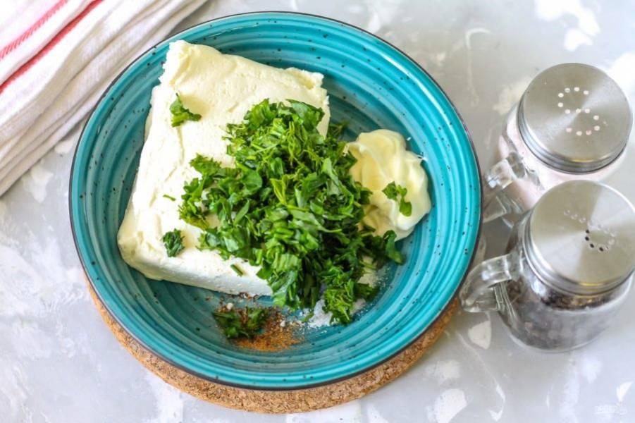 Промойте свежую зелень в воде и измельчите ее. Нарезку выложите в емкость к творогу.