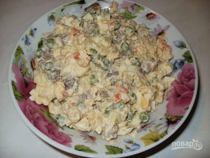 4. Ну вот и все! Пусть салат хотя бы полчаса постоит в холодильнике перед подачей — и его можно подавать!