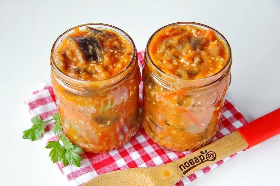 Горячий салат разложите по стерилизованным баночкам и закрутите стерильными крышками. Переверните, укутайте и оставьте до полного остывания, после чего уберите в прохладное место на хранение.