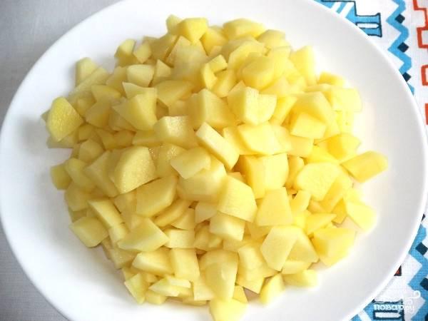 2. Тщательно промойте пшено, меняя воду 5 раз. Почистите картофель и нарежьте его кубиками. В бульон заложите пшено и картофель. Как только закипит, сделайте средний огонь и варите, периодически помешивая, посолите.