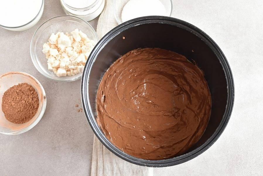 """Перелейте тесто в чашу мультиварки и выпекайте в режиме """"Выпечка"""" 45 минут. Проверьте готовность шпажкой. При прокалывании коржа она должна выходить сухой."""
