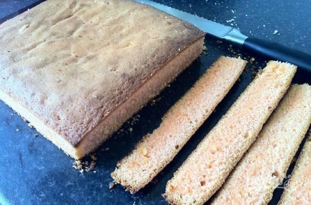 4.Достаньте корж из духовки и удалите из формы, оставьте для остывания, затем обрежьте края.
