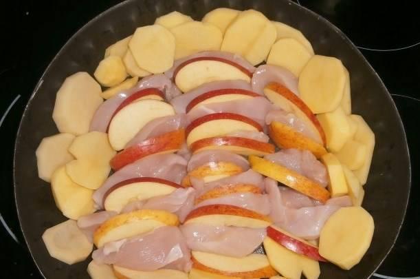 Выкладываем в смазанную форму для выпекания слои картошки, яблок. Курицу перекладываем яблоками.