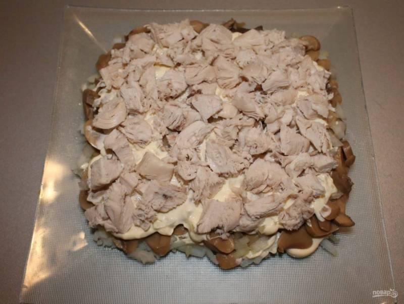 5. Следующий слой — нарезанное куриное филе.