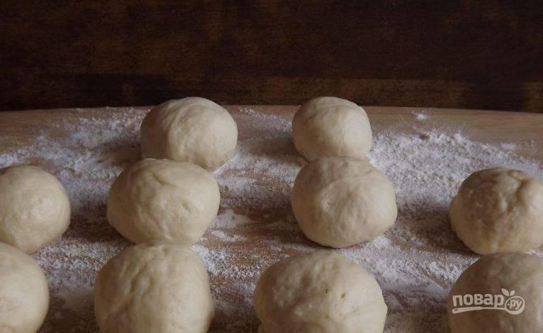Возьмите готовое дрожжевое тесто, которое можно купить в магазине, или же сделайте его самостоятельно. Разделите его на равные части и скатайте из них шарики.