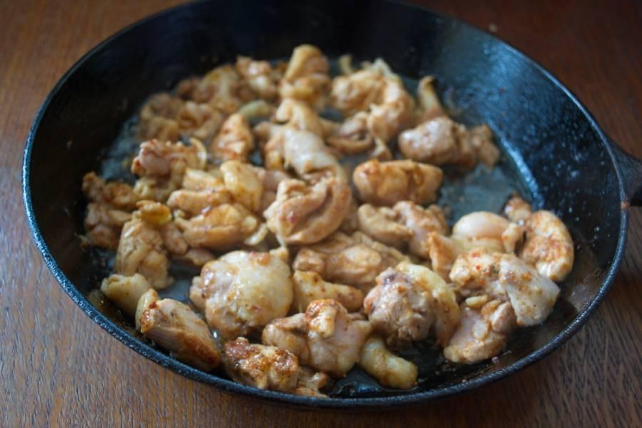 Смешайте мясо со специями и обжарьте на растительном масле.