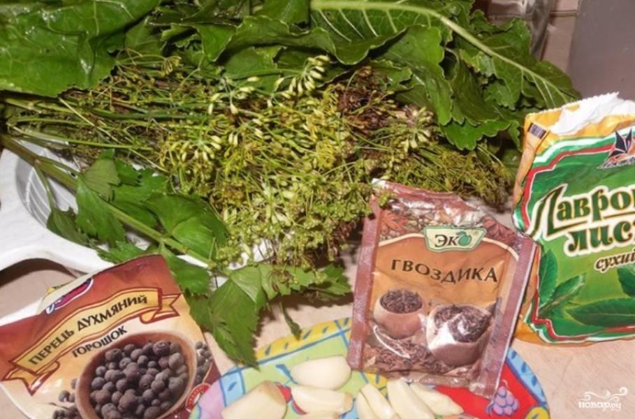 Предварительно варим маринад. Для этого смешаем воду, сахар, соль, перец горошком, лавровые листы, гвоздику. Маринад охлаждаем.