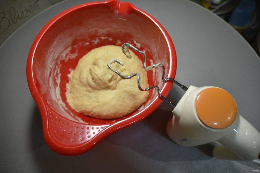 Сначала тесто вымешивайте миксером, затем продолжайте на рабочей поверхности стола руками.
