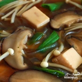 5. После добавления лука суп должен покипеть еще пару минуток. Разлейте по тарелкам, украсьте несколькими кубиками тофу и подавайте. Приятного аппетита!