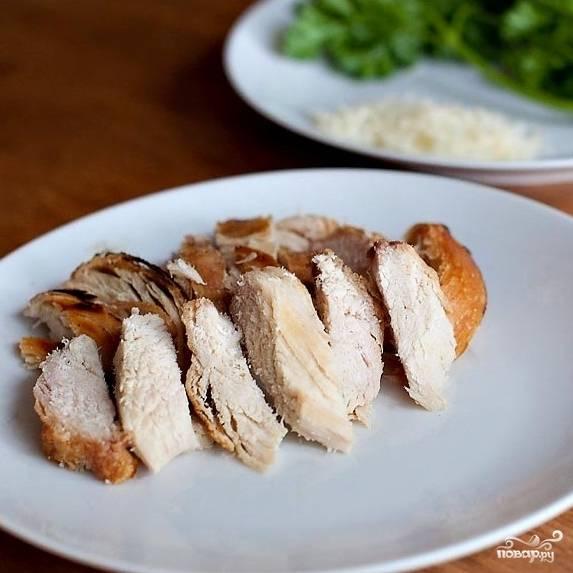 Куриное филе тоже нарезаем на красивые слайсы или кусочки другой формы, главное - не мельчить. Кусочки курицы должны быть довольно крупными.