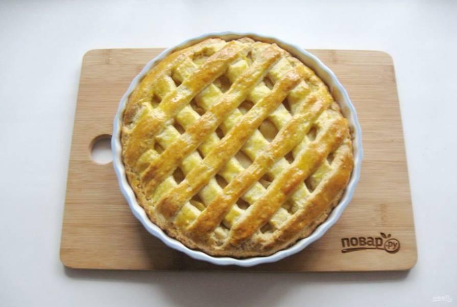 Выпекайте пирог 35-40 минут до золотистого цвета.
