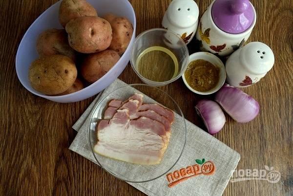 Духовку разогрейте до 190 °C. Подготовьте необходимые продукты для первого салата с беконом. Картофель тщательно вымойте, лук очистите.
