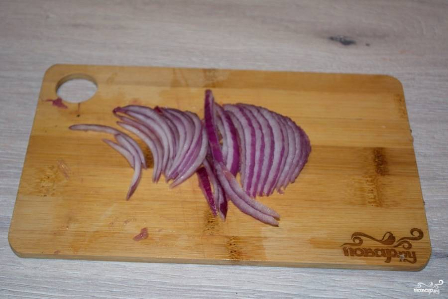 Красный крымский лук нарежьте полукольцами, очень тонко. Замаринуйте лук в 2 ст. ложках винного уксуса, добавив столовую ложку сахара. Время маринования — 10-20 минут. Промойте лук под проточной водой. Отожмите воду.