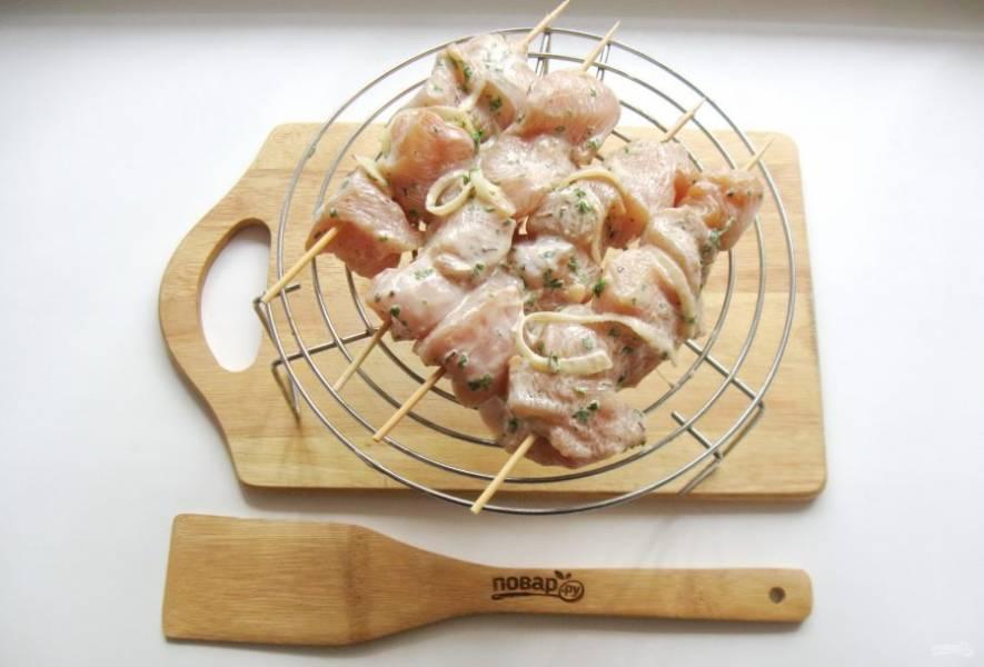 Нанизывайте куриное филе на шпажки, чередуя с луком. После выложите шашлыки на решетку. Я использовала решетку от микроволновки.