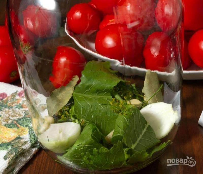 3. Уложите на дно часть зелени и специи. Затем выложите помидоры,  плотно усадив их в банку. Мариновать овощи можно по-разному. Чаще всего их заливают холодным рассолом и добавляют горчицу. Я предлагаю приготовить горячий рассол.